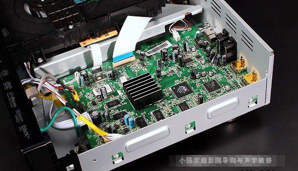 性能卓越的影像及声音处理核心  包括网路连结在内的影音处理核心线路,全都整合成一块位於机箱右侧的主电路板,藉以缩短影音信号处理的传输路径。  这是本机的影像处理核心Marvell QDEO晶片(88DE2750),其运算处理性能是当前市场上的佼佼者,甚至具备将SD影像上转成4K2K解析度的能力(不过本机不提供4K2K输出)。  这是本机音讯的数位类比转换核心AKM Audio 4 Pro数位类比转换晶片,它具备32bit/192kHz的解码能力,也可接收216kHz PCM与1 bit的DSD音乐资料,讯
