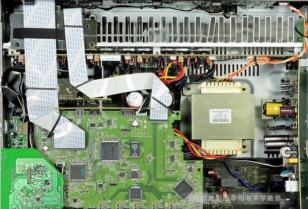 音场包围感不俗 然后是实际聆听,搭配的讯源是Sony BDP-370蓝光播放机,喇叭是Tuba多声道系统,包括Tuba July落地喇叭当做主声道,中央声道是MTM排列的Tuba June书架喇叭,环绕则是Tuba April书架喇叭。先播放DTS官方推出的第15号测试片,其中「暮光之城」2「新月」中爱德华捱吸血鬼打的片段,可以听到爱德华被摔在石头阶梯与地面上的撞击声非常扎实,很沉重,也很有力量,让人觉得他真的被摔得很惨,这也说明了NR1403的50瓦输出功率其实还蛮管用的。另外,此场景是个石造殿堂,没有