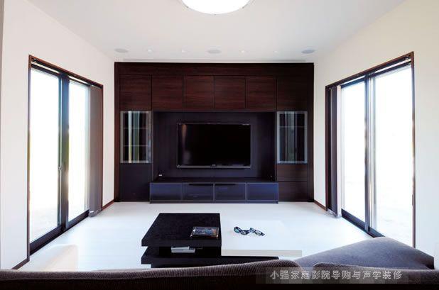 开放式空间要想拱配好大屏幕家庭影院系统,在美观上是很多朋友需要考虑的一个现实问题!尤其是100寸以上的幕布和多声道音响系统。现在你看到的这面电视墙采用了120寸日本OS幕布,视频机为爱普生3D高清家用投影机。 需要别特说明的是这台高清3D投影机在这个空间里面无处藏身,那么我们设计师精心调整布置方案,投影固定在天花凹槽里面,即美观也提升的投影机吊装高度,当然这也得益于爱普生特有的超大垂直镜头移动范围!  120寸电动幕布收起来后的效果。幕布后面壁挂了一台60寸的平板电视,用于平时观看电视节目。  影音功放和