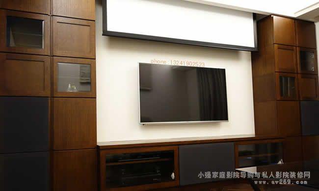 平板电视就直接上墙了,投影幕布则隐藏于天花上,只有需要看大画面的