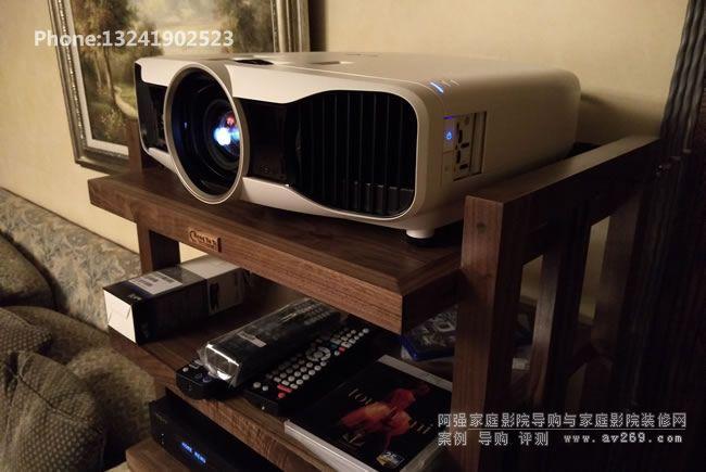 爱普生TW8200投影机在设备架上