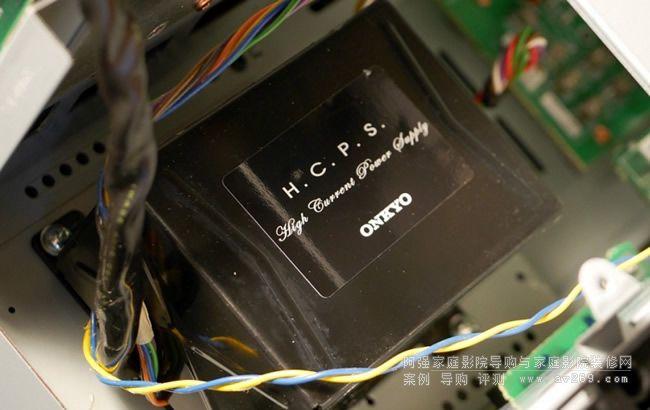 AKM DAC芯片 数码音频原真呈现今次新机DAC转用AKM的转换芯片,前置左右声道使用AK4490 384kHz/32bit 两声道DAC,而其馀环绕声道使用两伙AK4458 768kHz多声道DAC。加上有Onkyo老牌VLSC处理技术,去除解码后声波毛噪,使声音更细緻具韵味。可惜拆开机身看不到这些芯片,要看就要深度肢解部机。影像处理线路也很紧贴时代需求。全机有8组HDMI输入,两组输出,兼容HDCP 2.