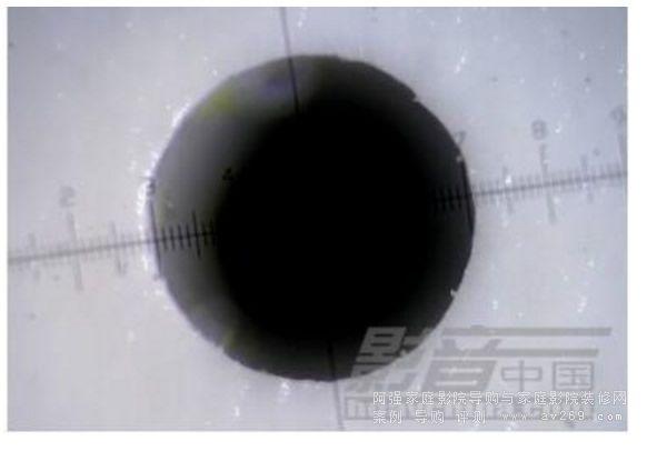在500倍显微镜下的0.4mm微孔