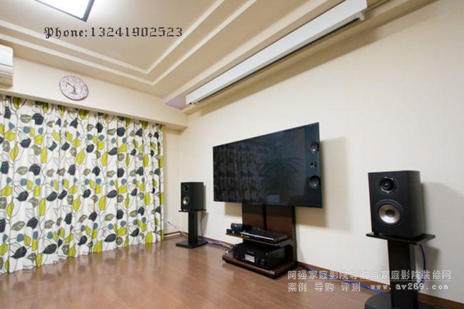 客厅影院里面的幕布和电视